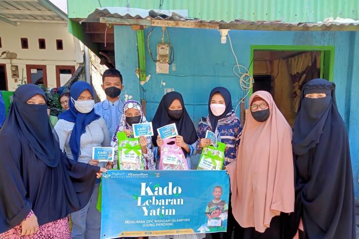 Tebar Kebahagiaan Bersama Anak Yatim, Muslimah Wahdah Makassar Berikan 200 Paket Kado