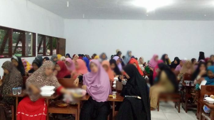 Muslimah Wahdah Ajak Masyarakat Pulau Barang Lompo Buka Bersama